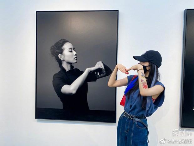 Dương Mịch đăng ảnh bắt chước Lưu Thi Thi, vậy mà hình xăm ngầu đét mới tậu trên tay mới chiếm trọn spotlight - Ảnh 2.