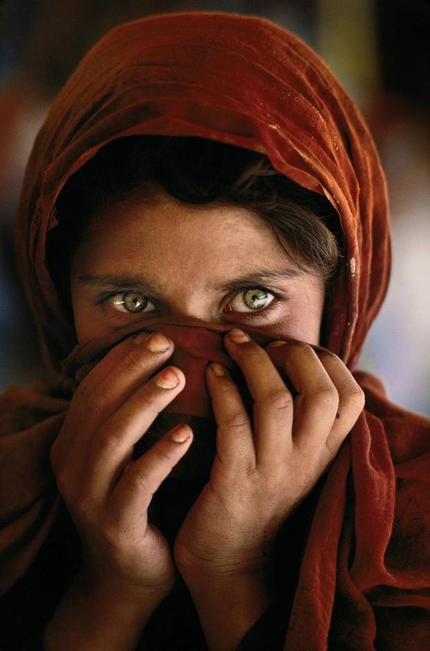 Cô gái Afghanistan trong tấm hình nổi tiếng thế giới: Phía sau đôi mắt hút hồn chứa đựng số phận nghiệt ngã của đứa trẻ tị nạn mồ côi - Ảnh 3.