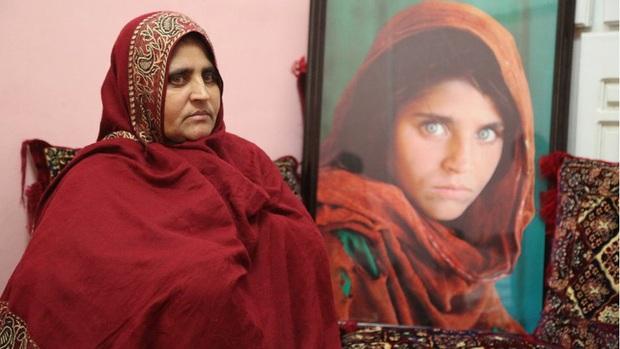 Cô gái Afghanistan trong tấm hình nổi tiếng thế giới: Phía sau đôi mắt hút hồn chứa đựng số phận nghiệt ngã của đứa trẻ tị nạn mồ côi - Ảnh 5.