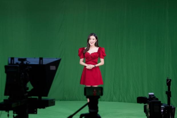 Á hậu Huyền My chính thức trở thành BTV truyền hình sau 7 năm đăng quang, visual lên sóng chưa chi đã thấy mê lắm rồi - Ảnh 4.