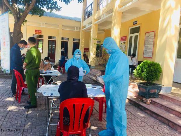 Ghi nhận hàng chục ca nhiễm, nhiều địa phương ở Nghệ An cách ly xã hội - Ảnh 1.