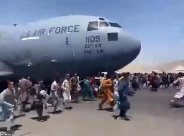 Clip 1 người Afghanistan quay lại sau khi bám được lên thân máy bay Mỹ: Ám ảnh ánh mắt nhìn về đất mẹ lần cuối - Ảnh 1.