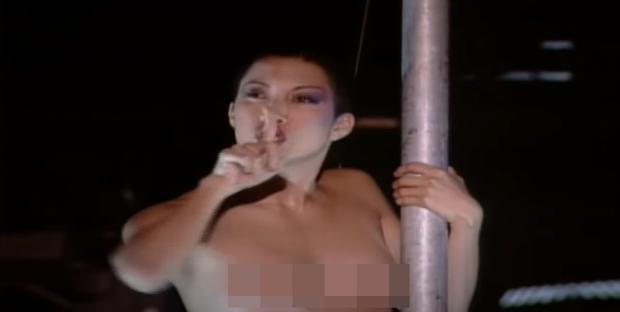 Đứng tim xem nữ ca sĩ cầm dụng cụ bạo dâm lên trình diễn, dàn vũ công nữ phụ hoạ thì khỏa thân 99% múa cột trên sân khấu - Ảnh 3.