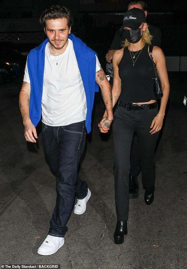 Hiếm lắm mới thấy Brooklyn Beckham và bạn gái tài phiệt đi hẹn hò: Vợ sắp cưới sang chảnh mà sao cậu cả đối lập thế này? - Ảnh 3.