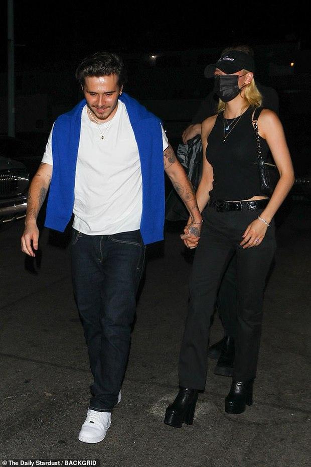 Hiếm lắm mới thấy Brooklyn Beckham và bạn gái tài phiệt đi hẹn hò: Vợ sắp cưới sang chảnh mà sao cậu cả đối lập thế này? - Ảnh 2.