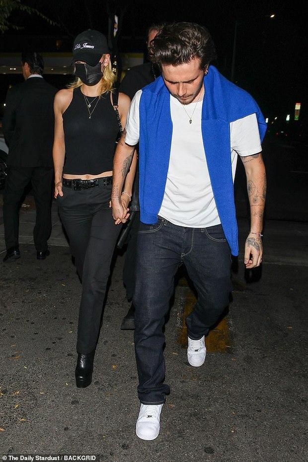 Hiếm lắm mới thấy Brooklyn Beckham và bạn gái tài phiệt đi hẹn hò: Vợ sắp cưới sang chảnh mà sao cậu cả đối lập thế này? - Ảnh 5.