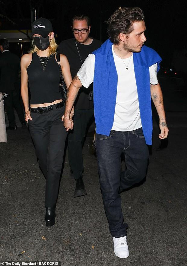Hiếm lắm mới thấy Brooklyn Beckham và bạn gái tài phiệt đi hẹn hò: Vợ sắp cưới sang chảnh mà sao cậu cả đối lập thế này? - Ảnh 7.