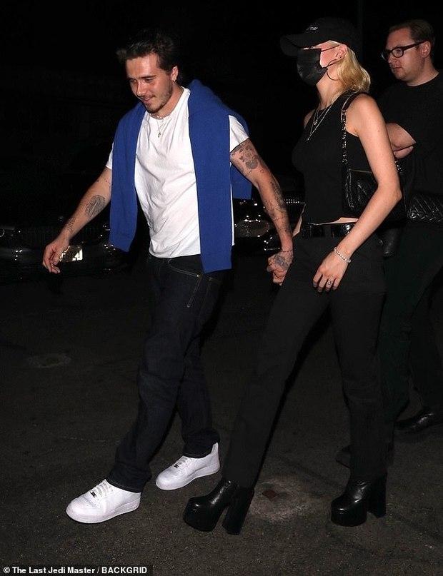 Hiếm lắm mới thấy Brooklyn Beckham và bạn gái tài phiệt đi hẹn hò: Vợ sắp cưới sang chảnh mà sao cậu cả đối lập thế này? - Ảnh 8.