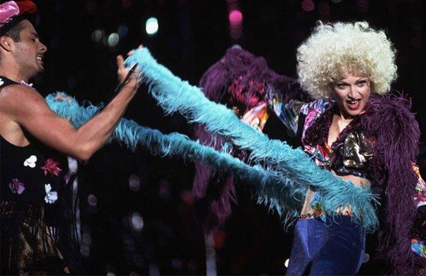 Đứng tim xem nữ ca sĩ cầm dụng cụ bạo dâm lên trình diễn, dàn vũ công nữ phụ hoạ thì khỏa thân 99% múa cột trên sân khấu - Ảnh 7.