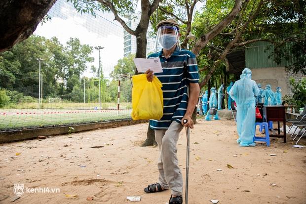 Ảnh: Người nghèo trong khu phong tỏa ở TP.HCM phấn khởi khi các đội vaccine lưu động đến tận nơi để tiêm chủng - Ảnh 9.