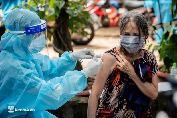 Ảnh: Người nghèo trong khu phong tỏa ở TP.HCM phấn khởi khi các đội vaccine lưu động đến tận nơi để tiêm chủng - Ảnh 10.