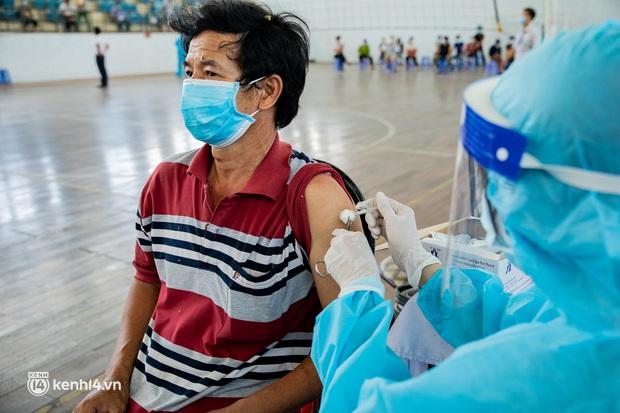 Ảnh: Người nghèo trong khu phong tỏa ở TP.HCM phấn khởi khi các đội vaccine lưu động đến tận nơi để tiêm chủng - Ảnh 13.