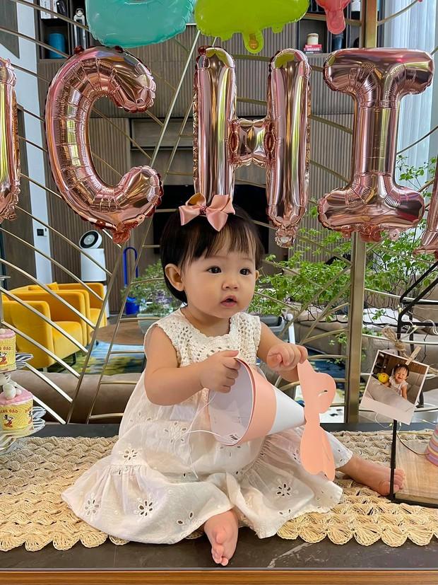 """Ái nữ của Đàm Thu Trang mới 1 tuổi mà toát ra vẻ """"con nhà nòi"""": Tạo dáng như model, lộ hậu trường chụp ảnh nhìn cưng xỉu! - Ảnh 5."""