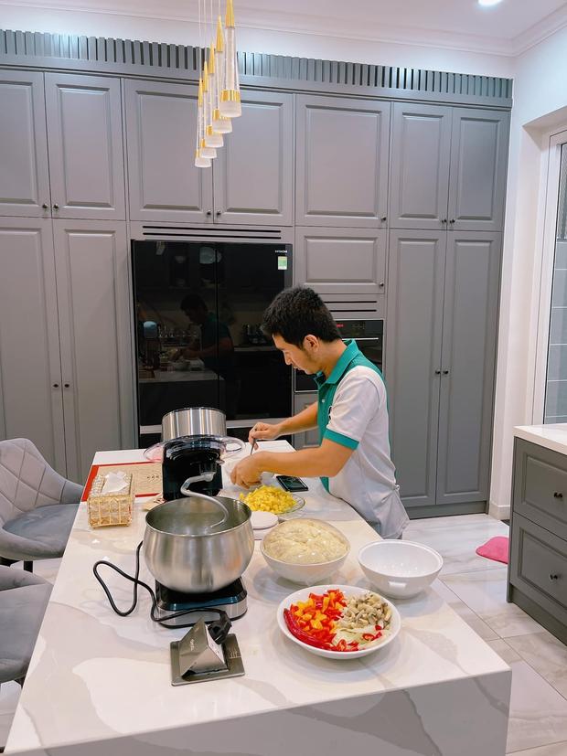 Cặp đôi khoe căn bếp màu ghi siêu tây, nể không kém là dàn đồ bếp hàng hiệu xứng tầm - Ảnh 18.