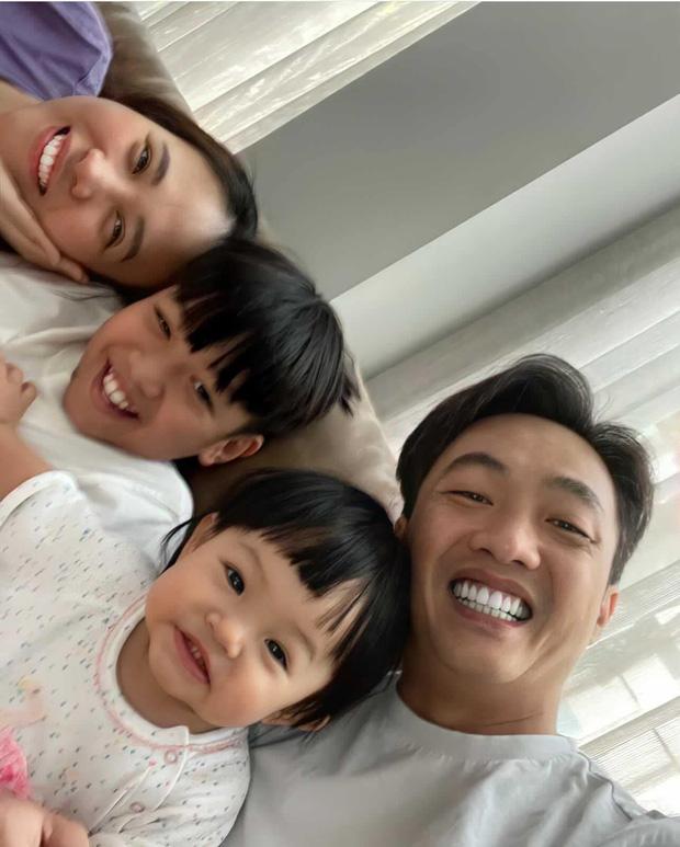 """Ái nữ của Đàm Thu Trang mới 1 tuổi mà toát ra vẻ """"con nhà nòi"""": Tạo dáng như model, lộ hậu trường chụp ảnh nhìn cưng xỉu! - Ảnh 7."""