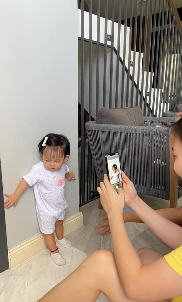 """Ái nữ của Đàm Thu Trang mới 1 tuổi mà toát ra vẻ """"con nhà nòi"""": Tạo dáng như model, lộ hậu trường chụp ảnh nhìn cưng xỉu! - Ảnh 3."""