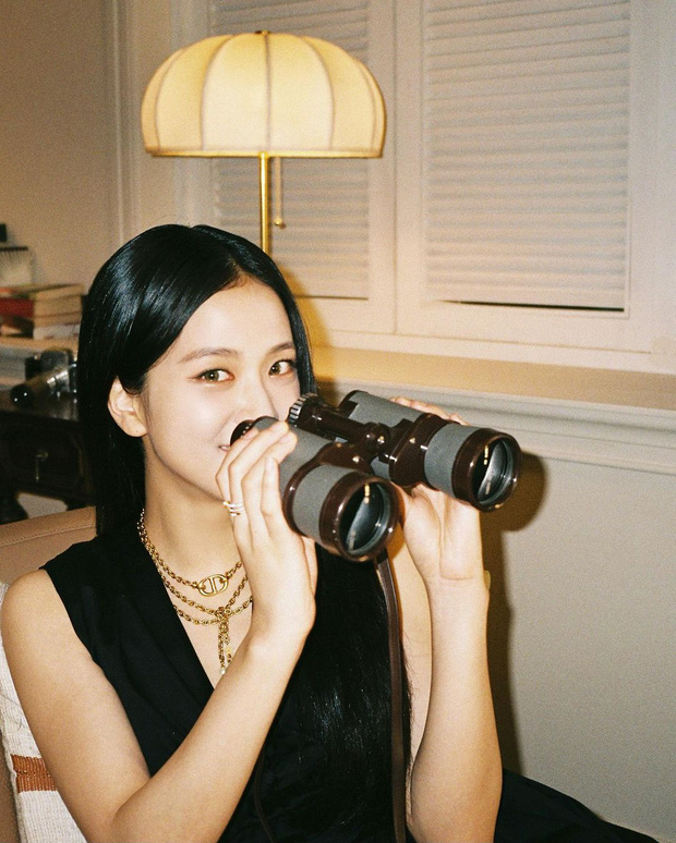 Jisoo (BLACKPINK) hiếm lắm mới diện váy xẻ khoe vòng 1 mất máu, visual và khí chất Hoa hậu Hàn Quốc bỗng thay đổi hẳn - Ảnh 4.