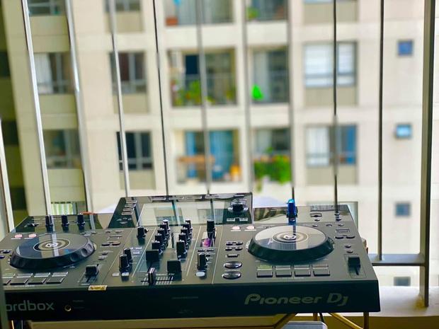 Event âm nhạc giải lao mùa dịch tại chung cư Sài Gòn: DJ chơi nhạc ngay tại ban công, khán giả chill bằng flash điện thoại - Ảnh 6.