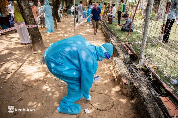Ảnh: Người nghèo trong khu phong tỏa ở TP.HCM phấn khởi khi các đội vaccine lưu động đến tận nơi để tiêm chủng - Ảnh 6.