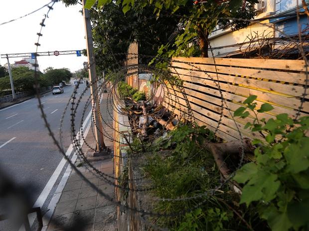 Ảnh: Né hàng rào thép gai, ném đồ qua tường cho người trong khu phong toả, người đàn ông vẫn bị công an phát hiện - Ảnh 3.