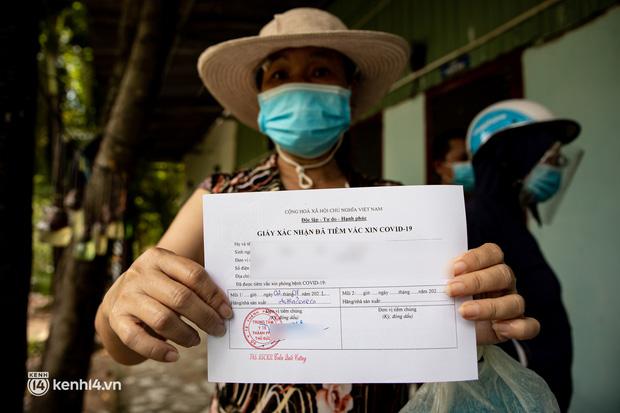 Ảnh: Người nghèo trong khu phong tỏa ở TP.HCM phấn khởi khi các đội vaccine lưu động đến tận nơi để tiêm chủng - Ảnh 7.
