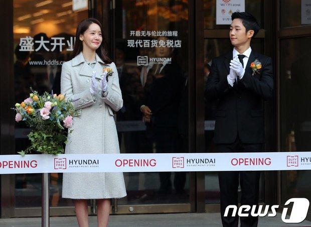 Xỉu ngang combo visual Yoona - Jung Hae In ở sự kiện cao cấp: Nữ thần SNSD như tiểu thư tài phiệt, tình tứ bất ngờ với tài tử cực phẩm - Ảnh 2.