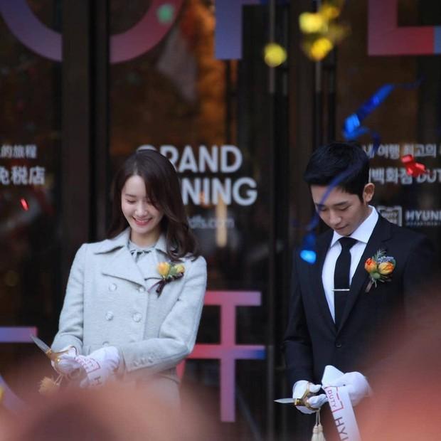 Xỉu ngang combo visual Yoona - Jung Hae In ở sự kiện cao cấp: Nữ thần SNSD như tiểu thư tài phiệt, tình tứ bất ngờ với tài tử cực phẩm - Ảnh 4.