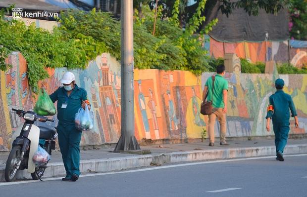 Ảnh: Né hàng rào thép gai, ném đồ qua tường cho người trong khu phong toả, người đàn ông vẫn bị công an phát hiện - Ảnh 10.