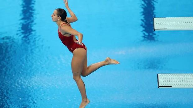 VĐV Olympic có pha nhảy cầu đáng quên với toàn điểm 0, lời giải thích của cô nàng sau đó khiến fan vừa cảm thông, vừa cực kỳ tự hào - Ảnh 2.