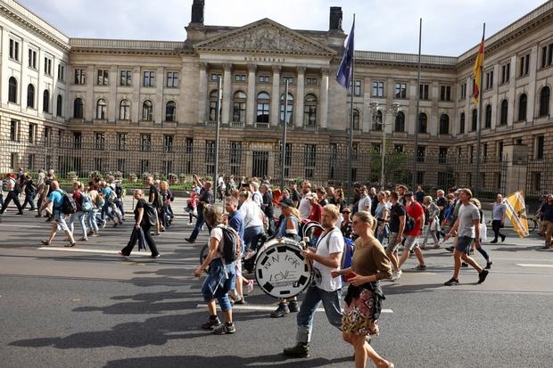 Biểu tình phản đối hạn chế xã hội và tiêm vaccine lan khắp châu Âu - Ảnh 1.