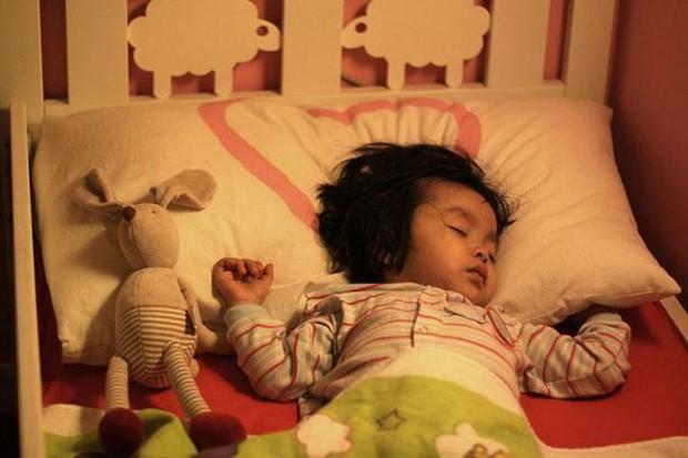 Bé gái 2 tuổi bị dậy thì sớm, mức độ phát triển hormone ngang với trẻ 10 tuổi, nguyên nhân xuất phát từ đồ vật luôn hiện hữu trong phòng ngủ của mỗi gia đình - Ảnh 3.