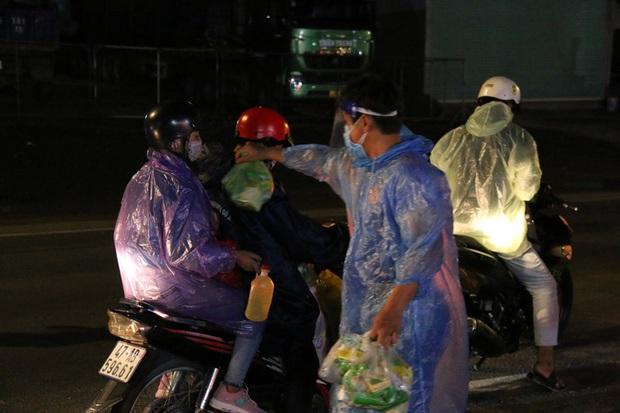 Trắng đêm phát nhu yếu phẩm cho hàng ngàn người về quê tránh dịch - Ảnh 2.
