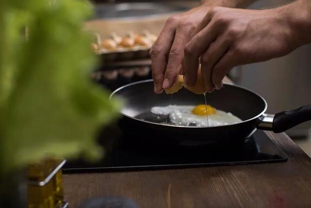 4 sai lầm khi lưu trữ và ăn trứng mà nhiều người mắc phải, không những làm mất chất dinh dưỡng mà còn gây ra nhiễm khuẩn - Ảnh 4.