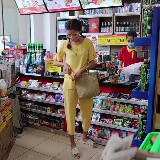 Team qua đường tóm gọn Minh Tú đi siêu thị mặc bộ đồ style Thuý Liễu, da ngăm đen, chân dài quần lửng đi dép tổ ong ngàn lỗ! - Ảnh 5.