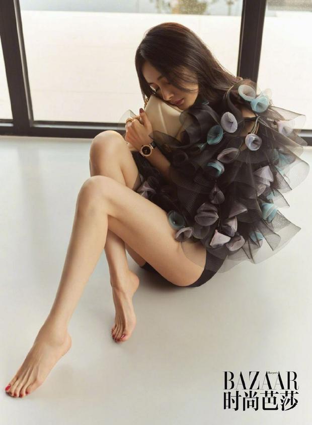 Dương Mịch ngày càng sexy: Mặc quần siêu cũn cỡn khoe triệt để đôi chân mlem, góc ảnh cũng táo bạo vô cùng - Ảnh 3.