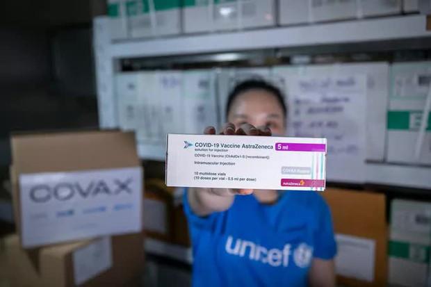 Thêm 1,18 triệu liều vắc-xin Covid-19 về Việt Nam - Ảnh 1.