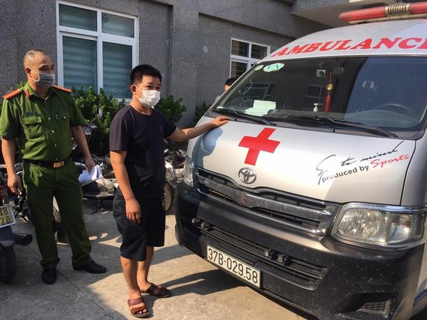 Tài xế xe cứu thương chở đôi nam nữ thông chốt vào Hà Nội  - Ảnh 1.
