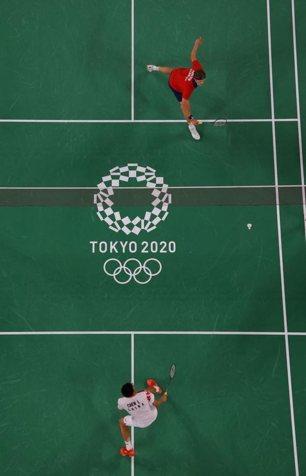 Tay vợt Đan Mạch không thể ngừng khóc sau khi đánh bại ĐKVĐ Olympic người Trung Quốc ở chung kết cầu lông đơn nam - Ảnh 2.