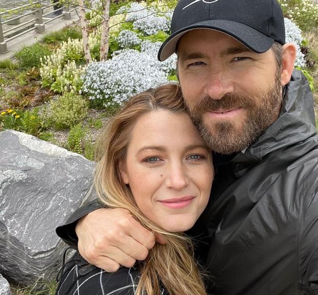 Deadpool sợ vợ: Đăng đi đăng lại ảnh kỷ niệm 10 năm vì bà xã phàn nàn về 1 chi tiết, để chắc ăn anh... che luôn mặt mình - Ảnh 4.