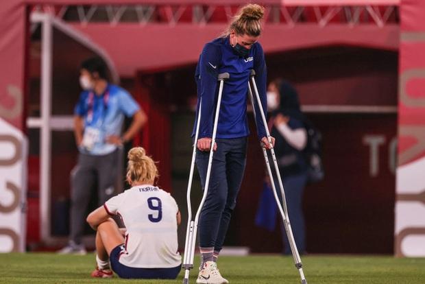 Khoảnh khắc gây sợ hãi: Thủ môn ĐT Mỹ tiếp đất sai cách dẫn đến chấn thương nặng, gục khóc như mưa trên sân, không thể tự đi lại bằng đôi chân - Ảnh 3.