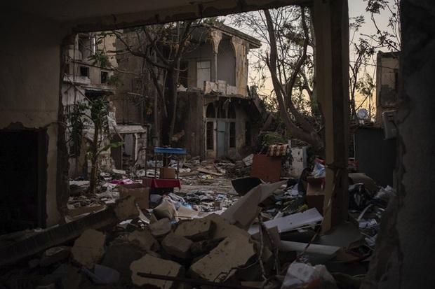 Một năm sau thảm họa ở cảng Beirut, những vết thương để lại vẫn chưa lành - Ảnh 11.