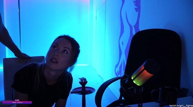 Đang livestream nội dung múa cột, nữ streamer bị hàng xóm lao vào nhà, đập vỡ máy quay trên sóng - Ảnh 5.