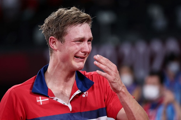 Tay vợt Đan Mạch không thể ngừng khóc sau khi đánh bại ĐKVĐ Olympic người Trung Quốc ở chung kết cầu lông đơn nam - Ảnh 6.