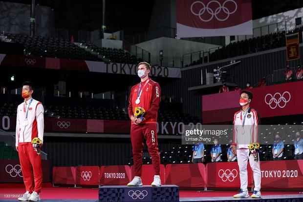 Tay vợt Đan Mạch không thể ngừng khóc sau khi đánh bại ĐKVĐ Olympic người Trung Quốc ở chung kết cầu lông đơn nam - Ảnh 7.