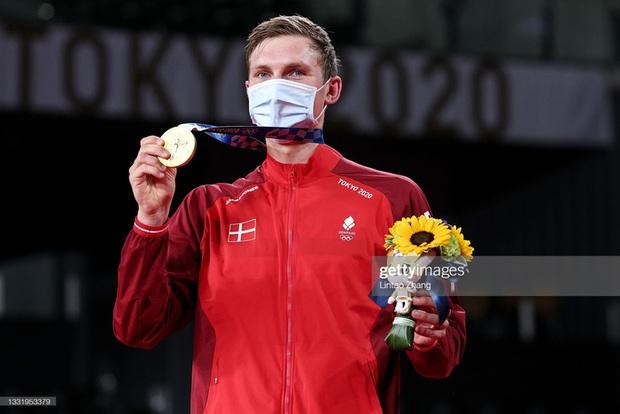 Tay vợt Đan Mạch không thể ngừng khóc sau khi đánh bại ĐKVĐ Olympic người Trung Quốc ở chung kết cầu lông đơn nam - Ảnh 9.