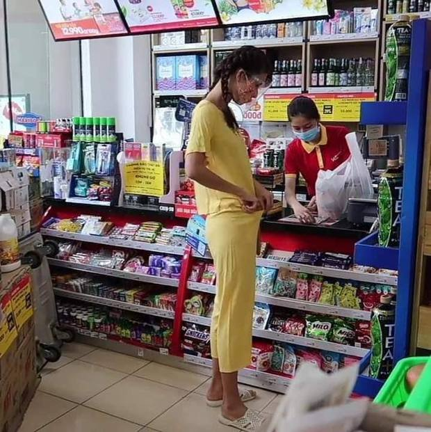 Team qua đường tóm gọn Minh Tú đi siêu thị mặc bộ đồ style Thuý Liễu, da ngăm đen, chân dài quần lửng đi dép tổ ong ngàn lỗ! - Ảnh 3.