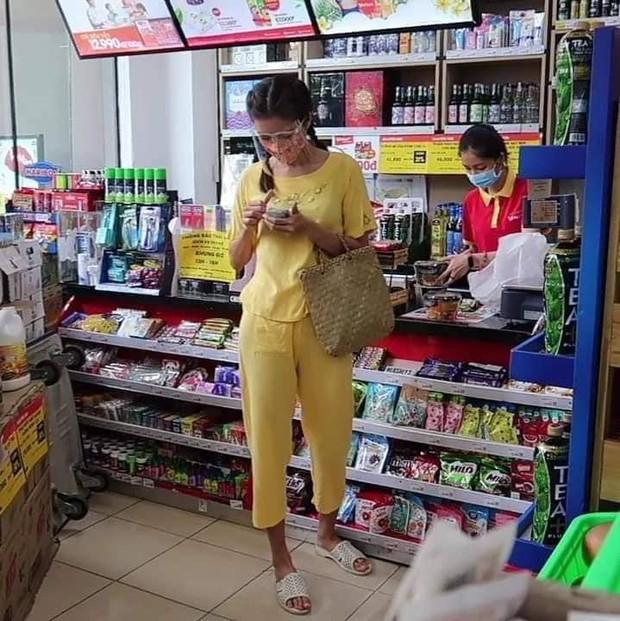 Team qua đường tóm gọn Minh Tú đi siêu thị mặc bộ đồ style Thuý Liễu, da ngăm đen, chân dài quần lửng đi dép tổ ong ngàn lỗ! - Ảnh 4.