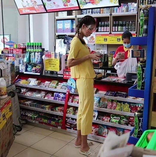 Team qua đường tóm gọn Minh Tú đi siêu thị mặc bộ đồ style Thuý Liễu, da ngăm đen, chân dài quần lửng đi dép tổ ong ngàn lỗ! - Ảnh 2.