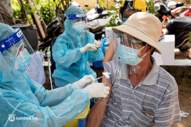 Ảnh: Người nghèo trong khu phong tỏa ở TP.HCM phấn khởi khi các đội vaccine lưu động đến tận nơi để tiêm chủng - Ảnh 17.