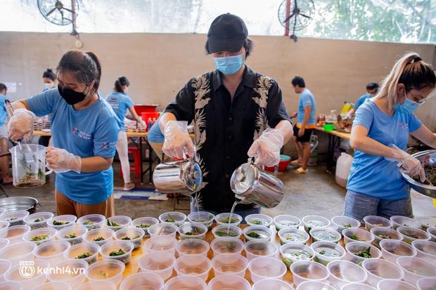 Chuyện ở căn bếp nấu 35 nghìn suất ăn từ thiện của bà trùm Hoa hậu: Những ngày Sài Gòn thế này, được cho đi đã là may mắn! - Ảnh 10.